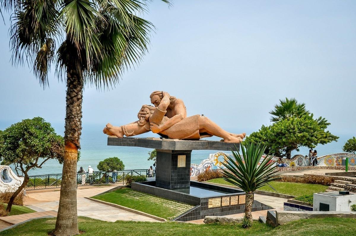 El Beso statue in Love Park