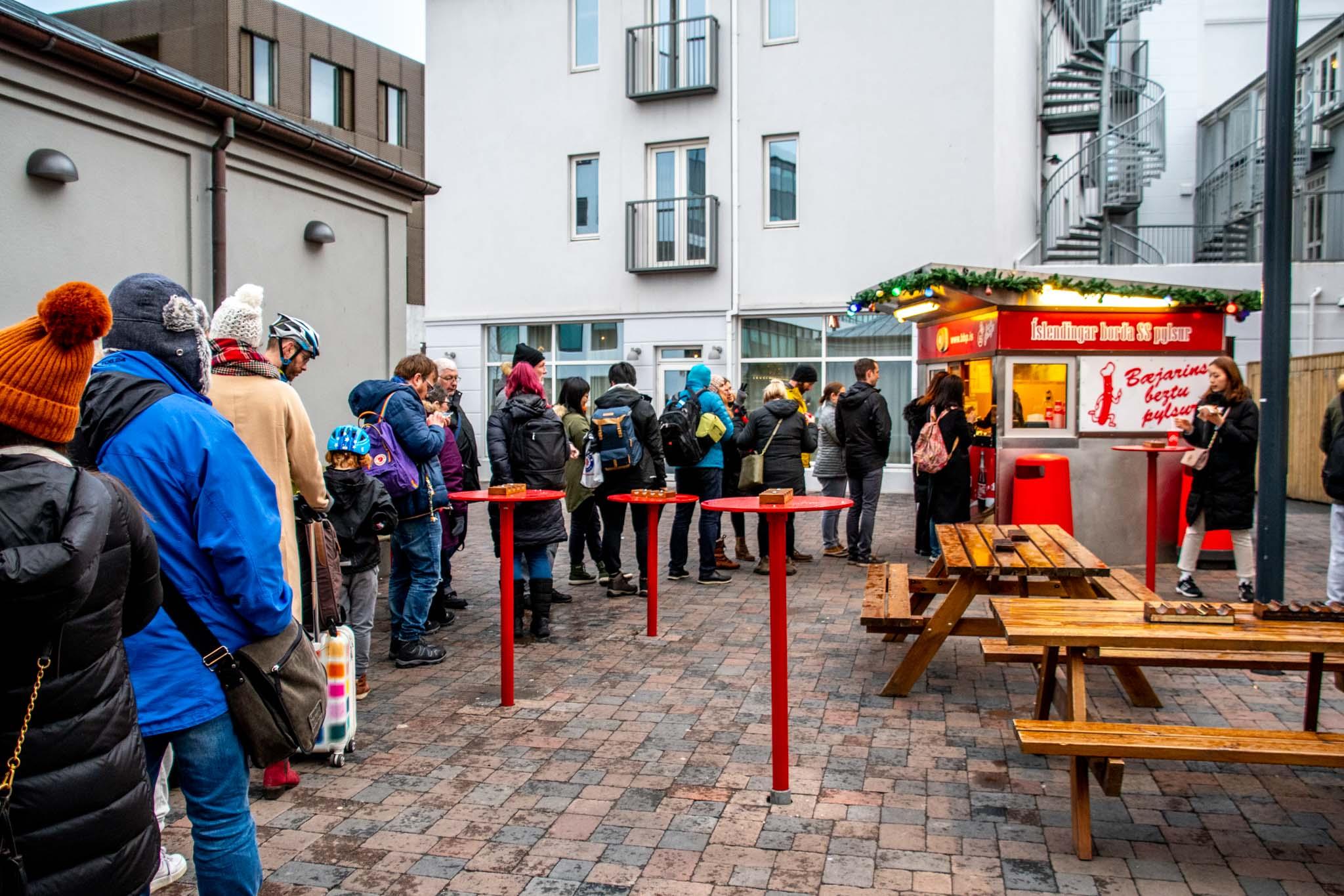 Long customer line at the Bæjarins Beztu Pylsur hot dog stand