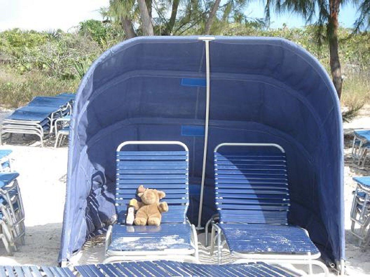 The blue clamshell sunshade rental on the beach