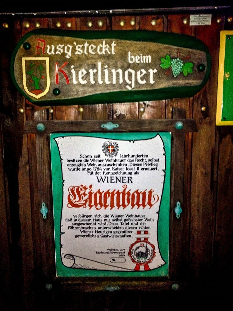Welcome sign for the Kierlinger heuriger in German
