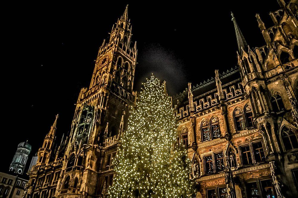 Lit Christmas tree in front of Munich city hall