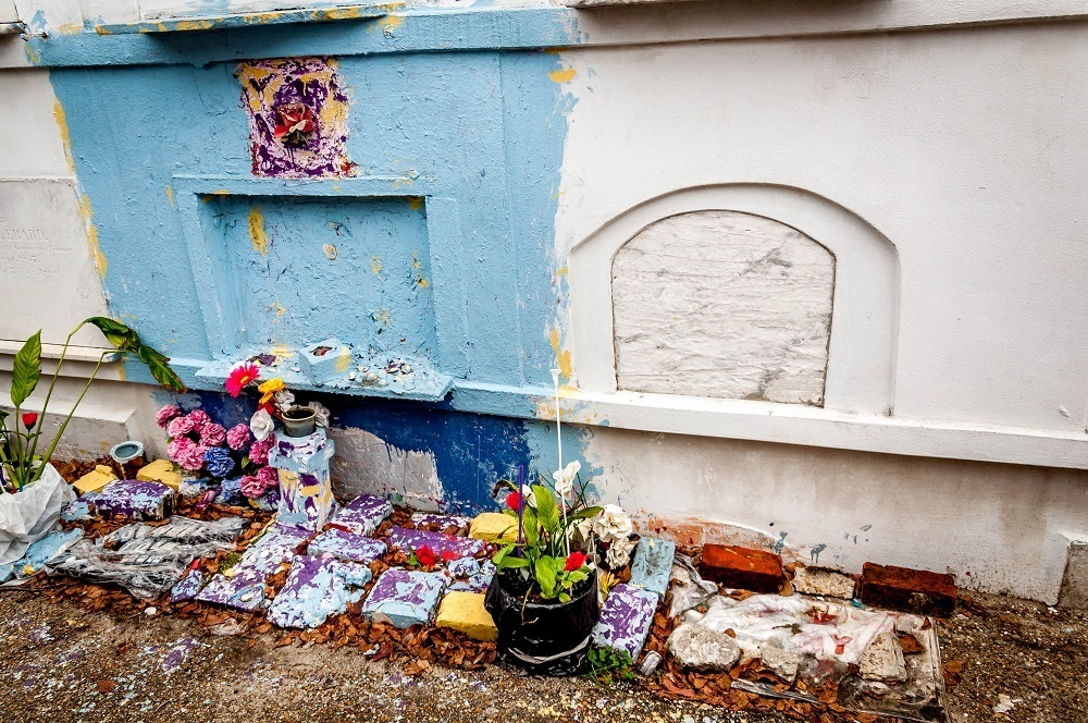A single tomb in St. Louis #1 that is allowed to be personalized with paint and decorations