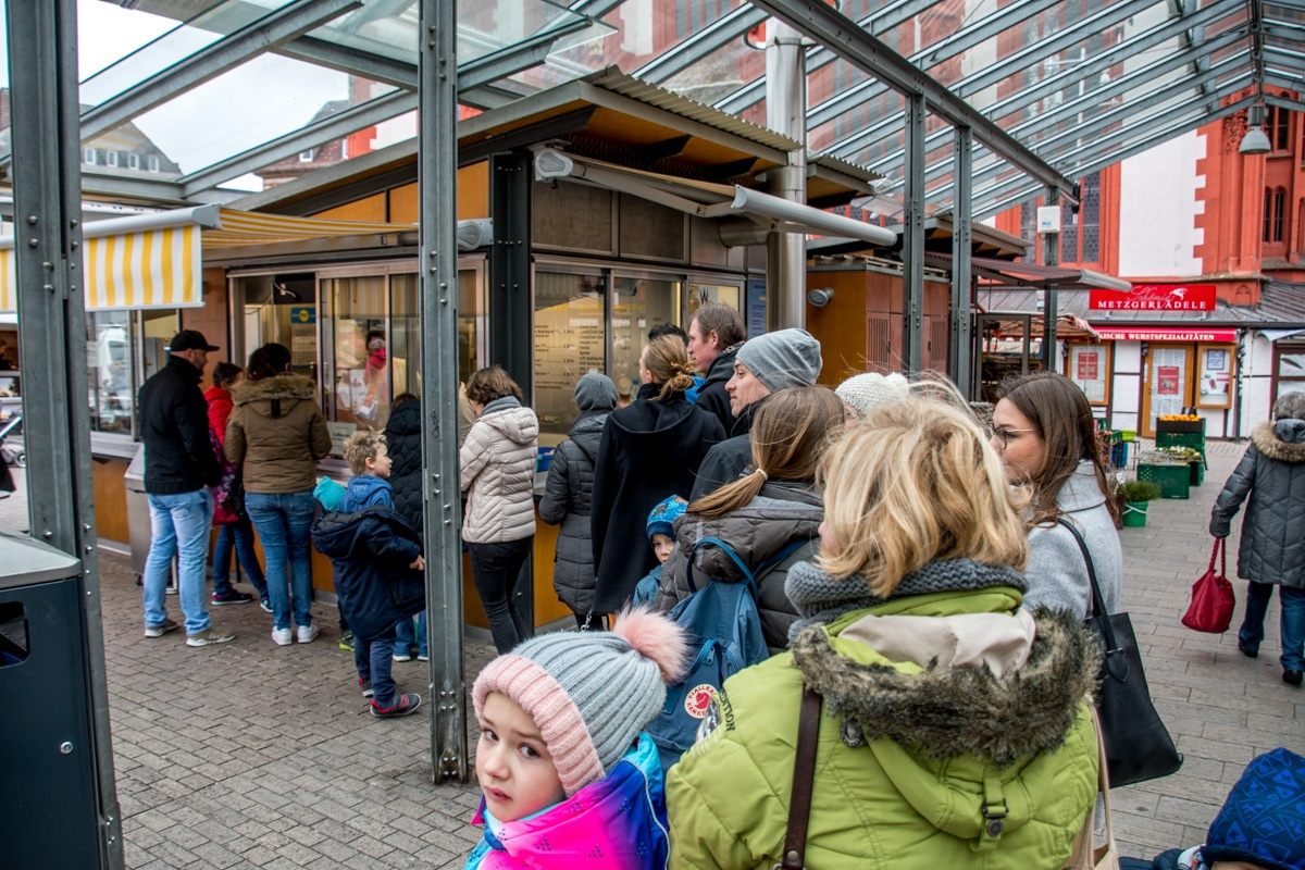 People in line at the Bratwurststand Knüpfing for their bratwurst