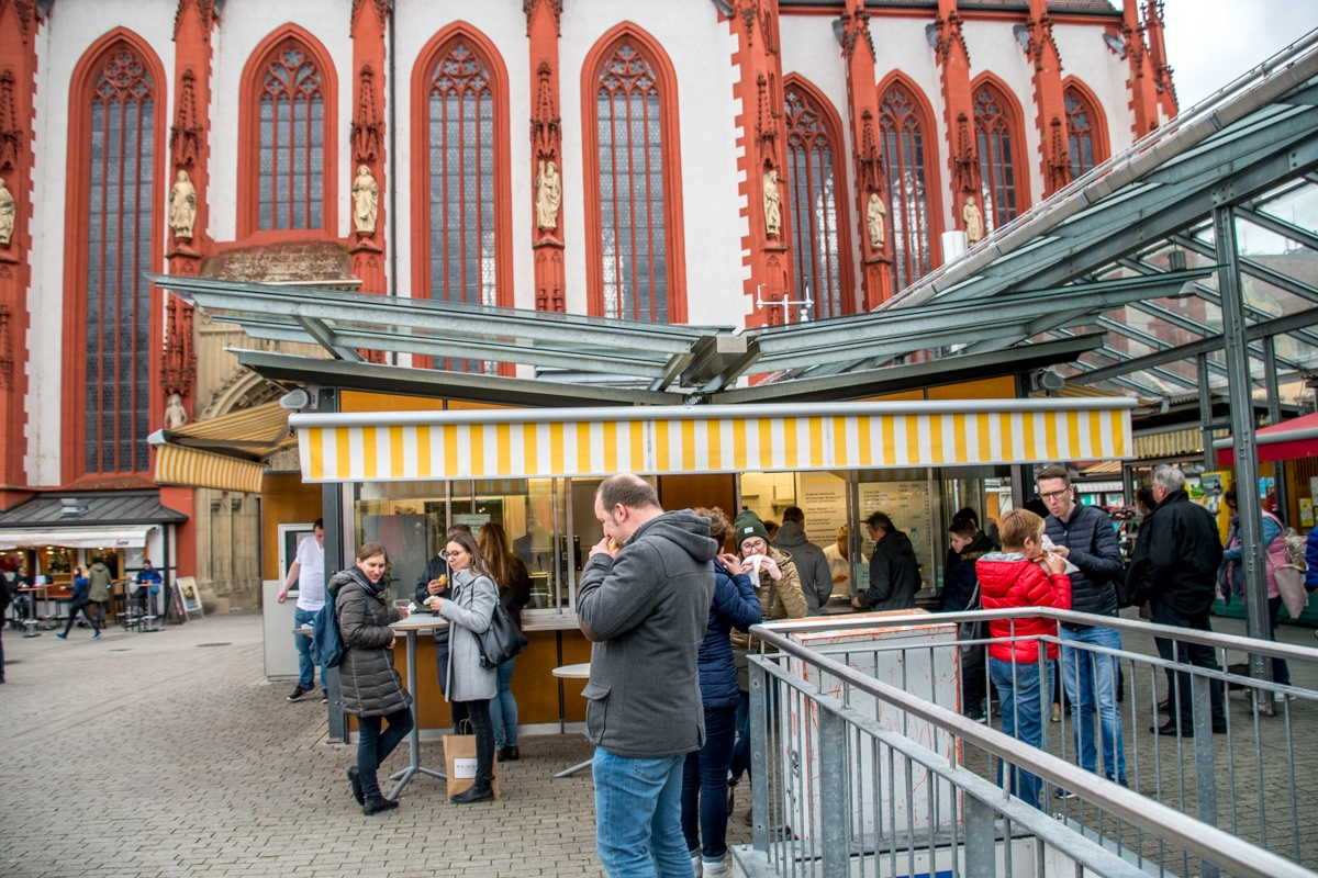 People enjoying the Bratwurststand Knüpfing and their delicious bratwurst and sausages