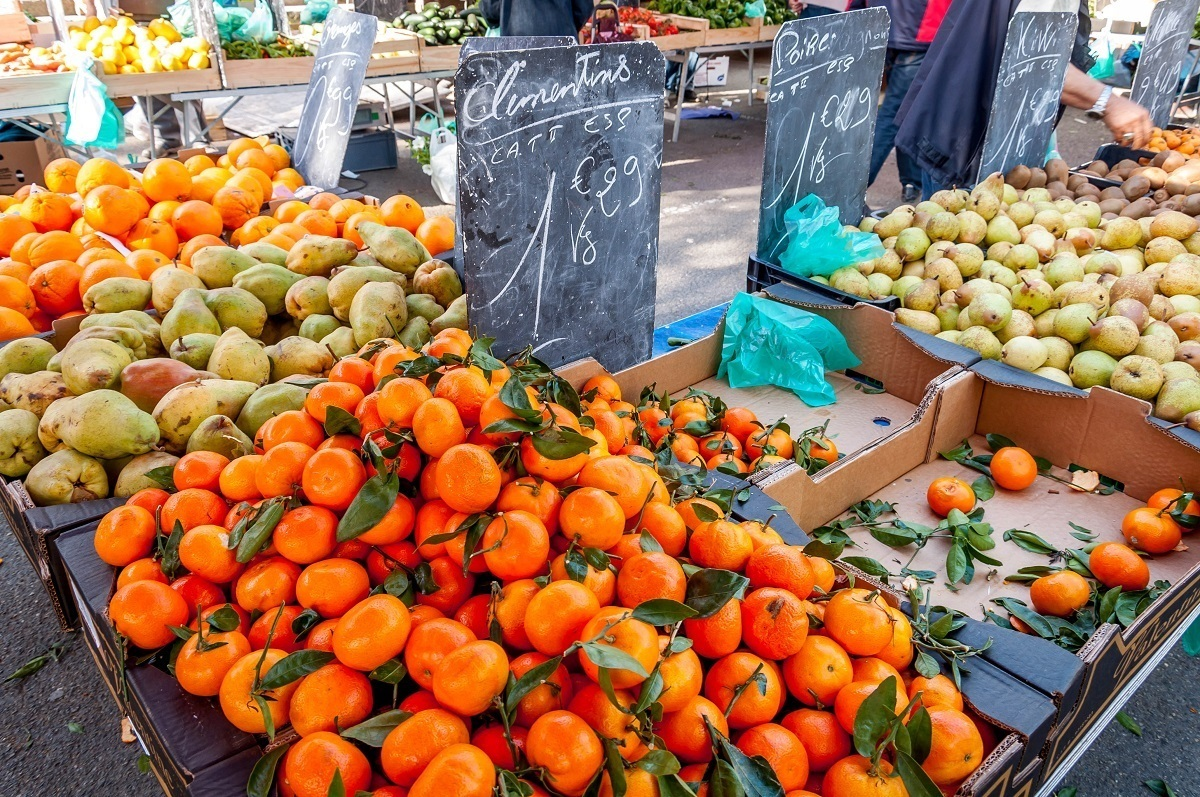 Oranges and pears for sale