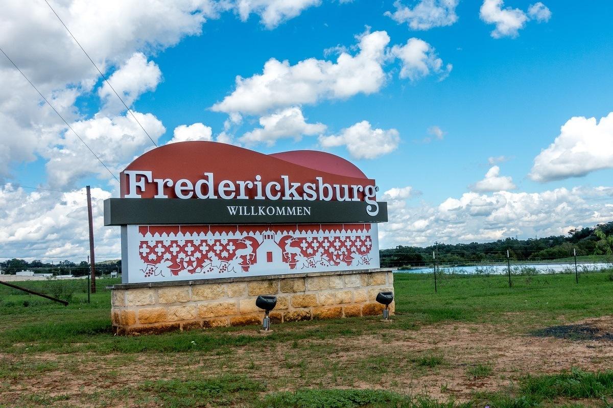 """Sign reading """"Fredericksburg Willkommen"""""""