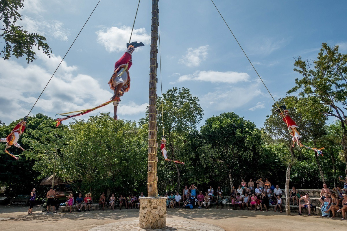 Men hanging and spinning on ropes