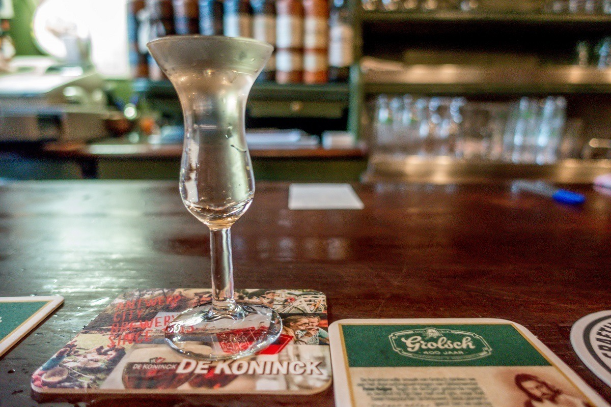 Genever glass filled to the brim with at De Drie Fleschjes
