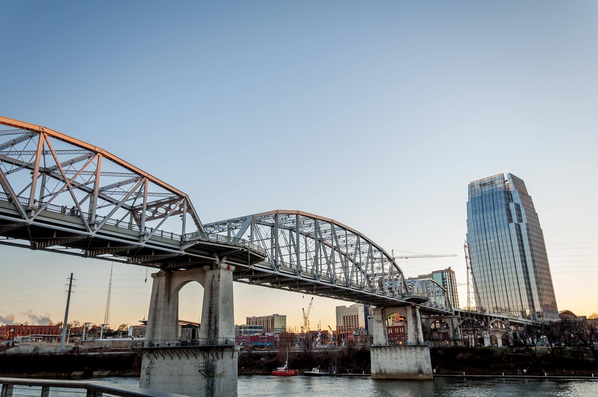 The John Seigenthaler Pedestrian Bridge in Nashville provides great views of the Cumberland River and downtown Nashville, Tennessee
