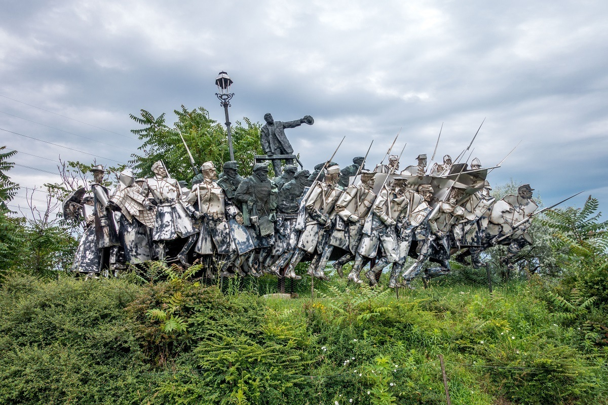 Statue of large group of soldiers and workers