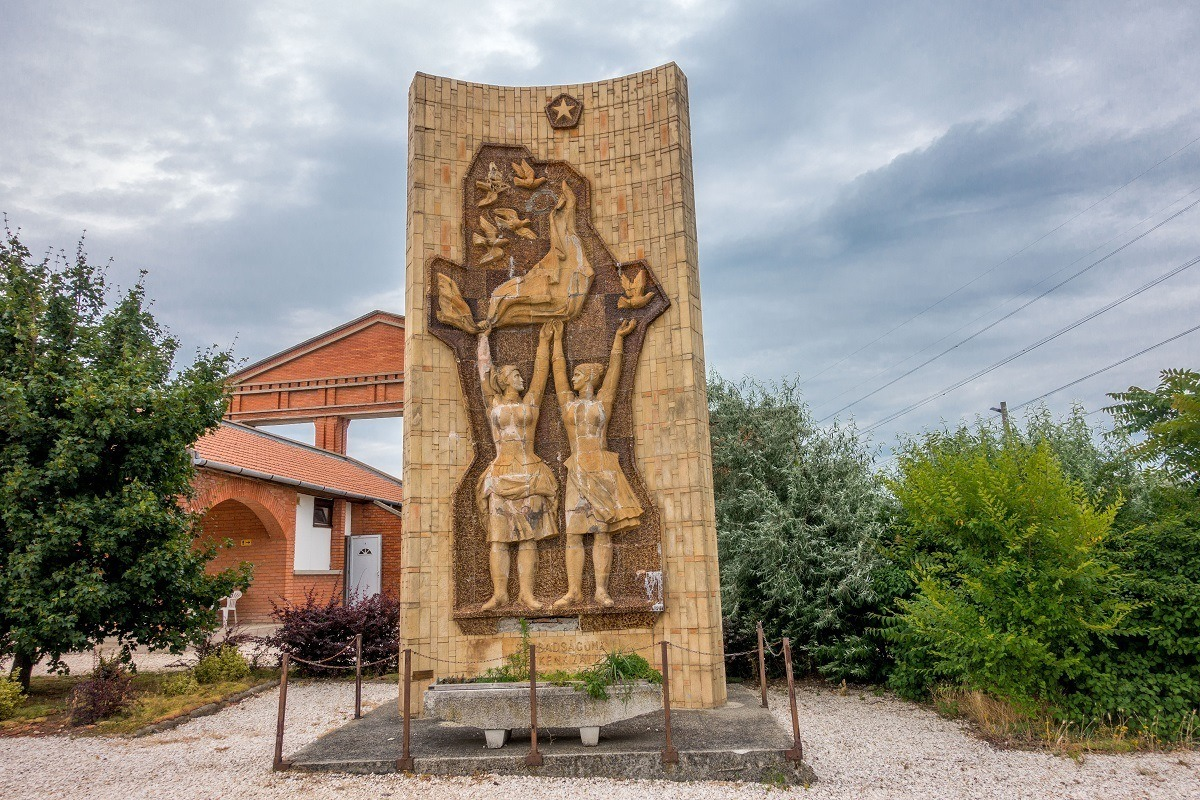 Monument showing Soviet and Hungarian women releasing doves