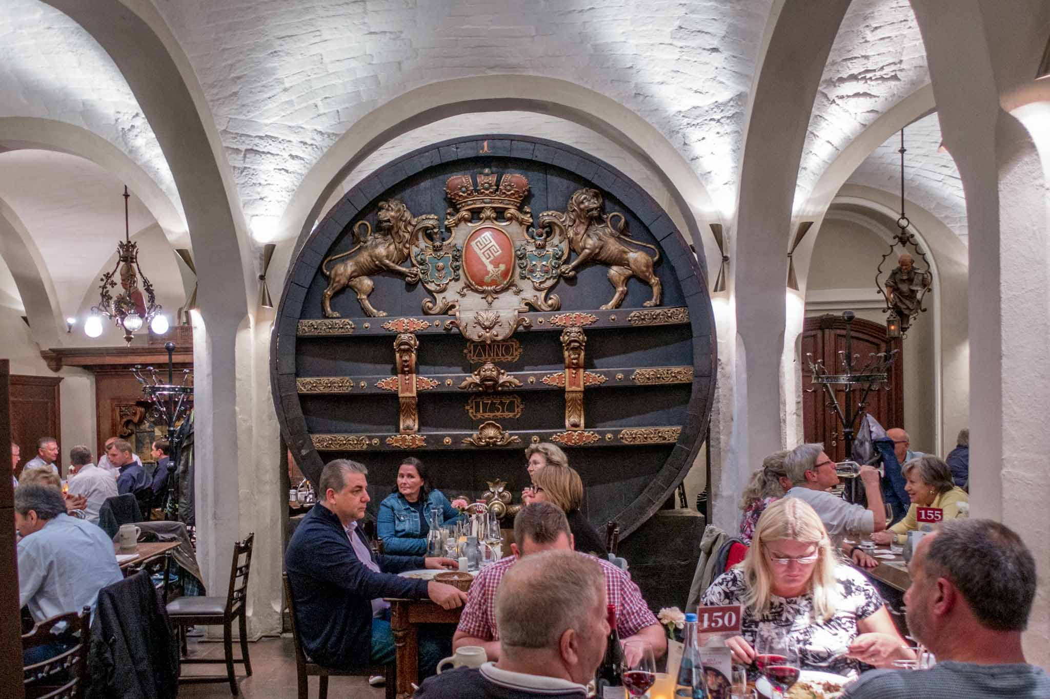 People eating in the Bremer Ratskeller restaurant