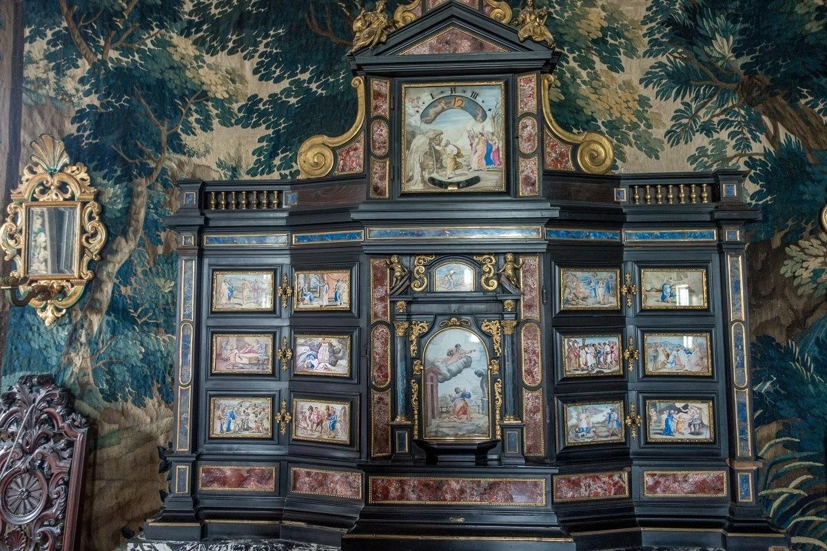 Multi-color inlaid cabinet