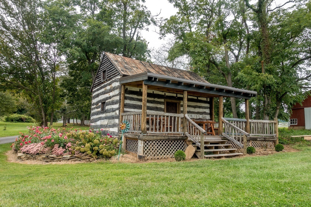 Log cabin at Hiddencroft Vineyards