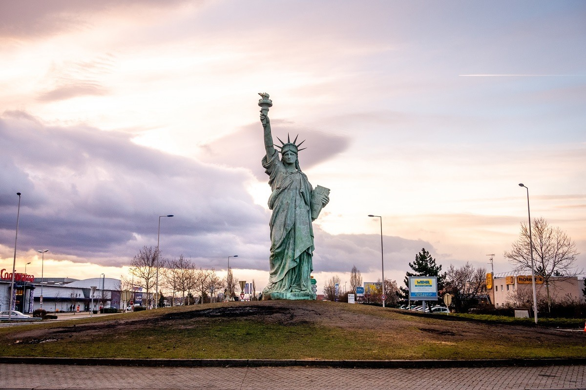 Replica of the Statue of Liberty in a roundabout