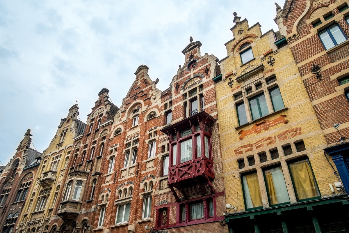 Buildings with step gabled roofs on Baudelostraat