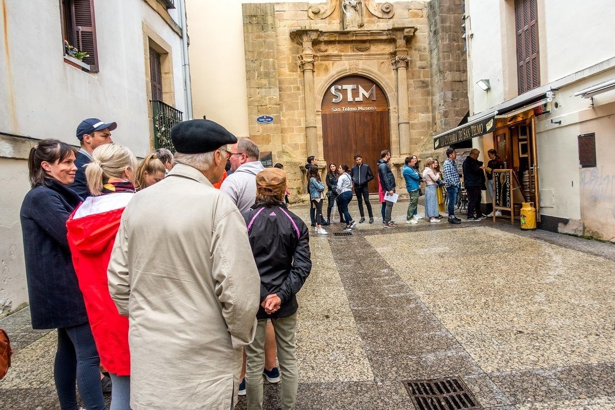 Line of people waiting for food at La Cuchara de San Telmo