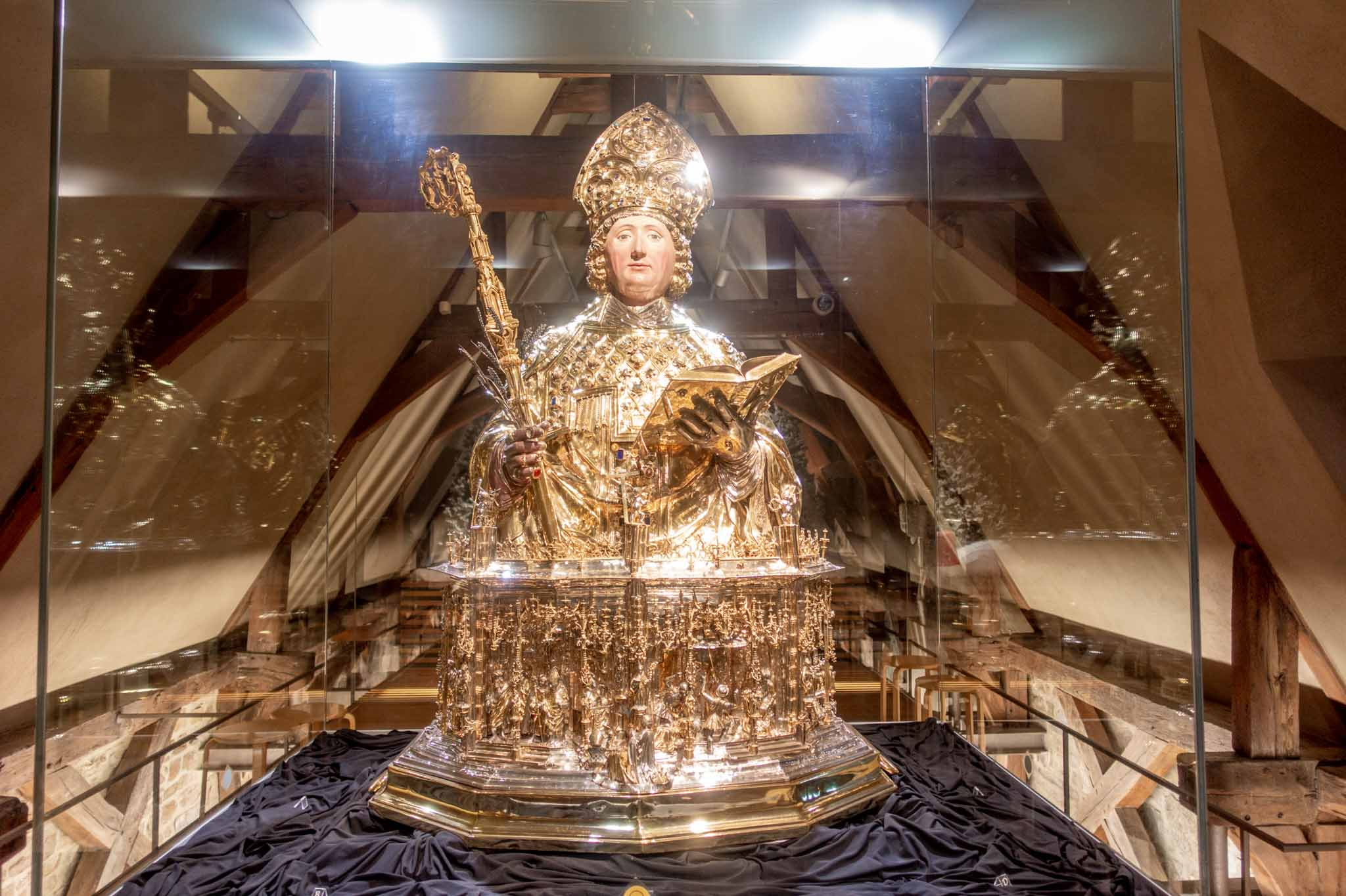 Gold statue with the body of a pope