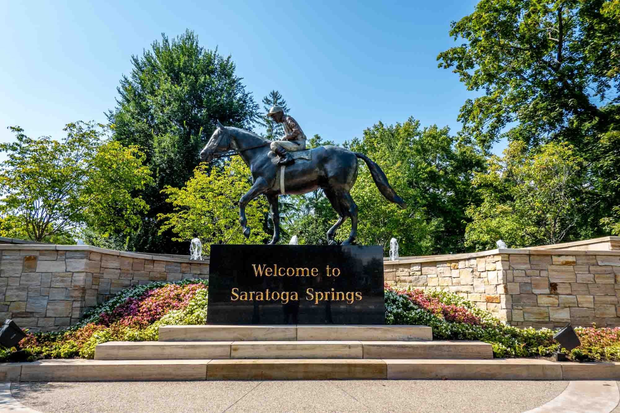 Horse sculpture and sign reading Welcome to Saratoga Springs